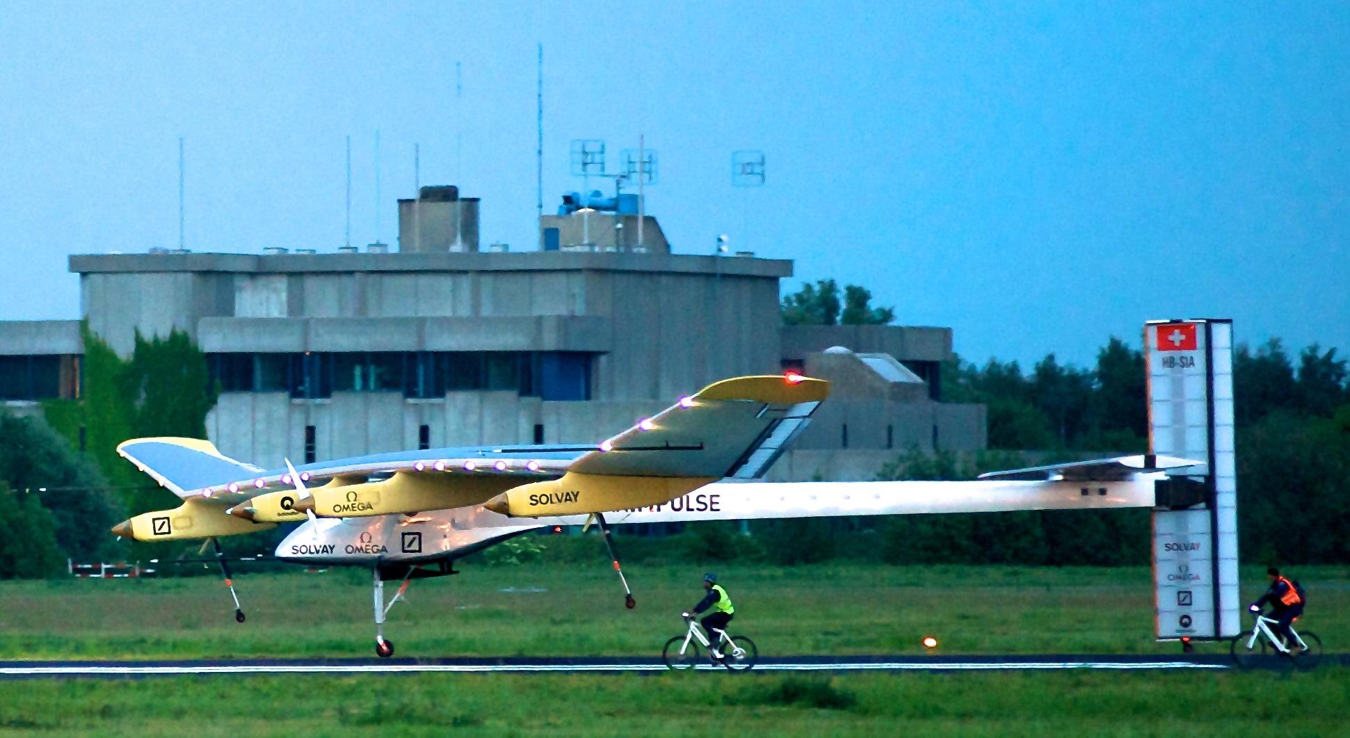 Solar Impulse_HB-SIA_landing_Brussels_Airport_3-crop